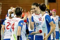 České florbalistky se radují z gólu proti Lotyšsku na MS.