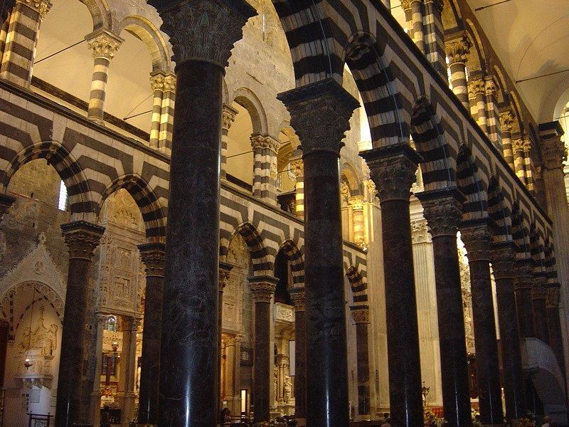 Katedrála byla v historii několikrát přestavována, pro uložení svatých ostatků byly vybudovány boční kaple