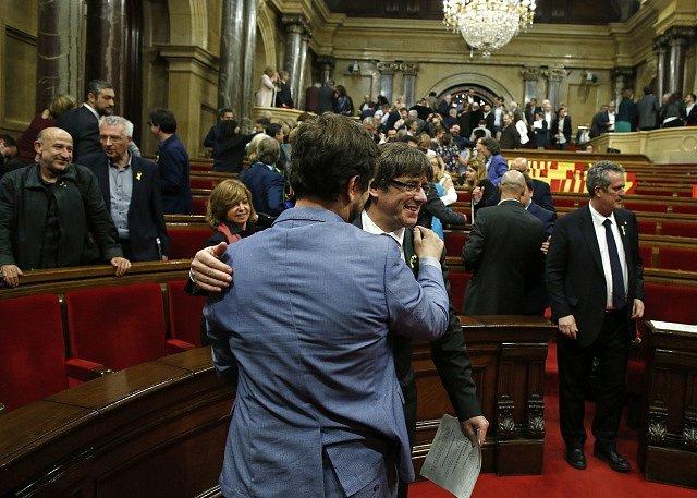 Katalánsko vyhlásilo nezávislost: katalánský premiér Carles Puigdemont slaví v parlamentu