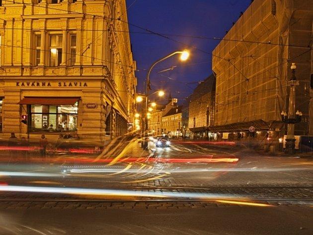 Noční pohled na kavárnu Slavia a Národní třídu v Praze.
