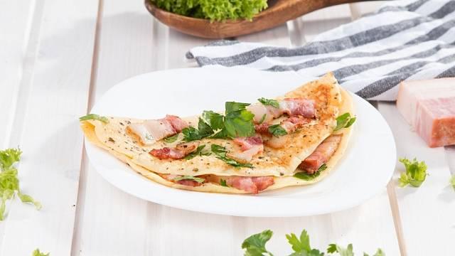 Vaječná omeleta se slaninou.