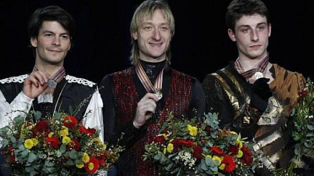 Ruský krasobruslař Jevgenij Pljuščenko (uprostřed) slaví šestý titul mistra Evropy. Druhý skončil Švýcar Stephane Lambiel (vlevo) a bronz vybojoval Brian Joubert z Francie.