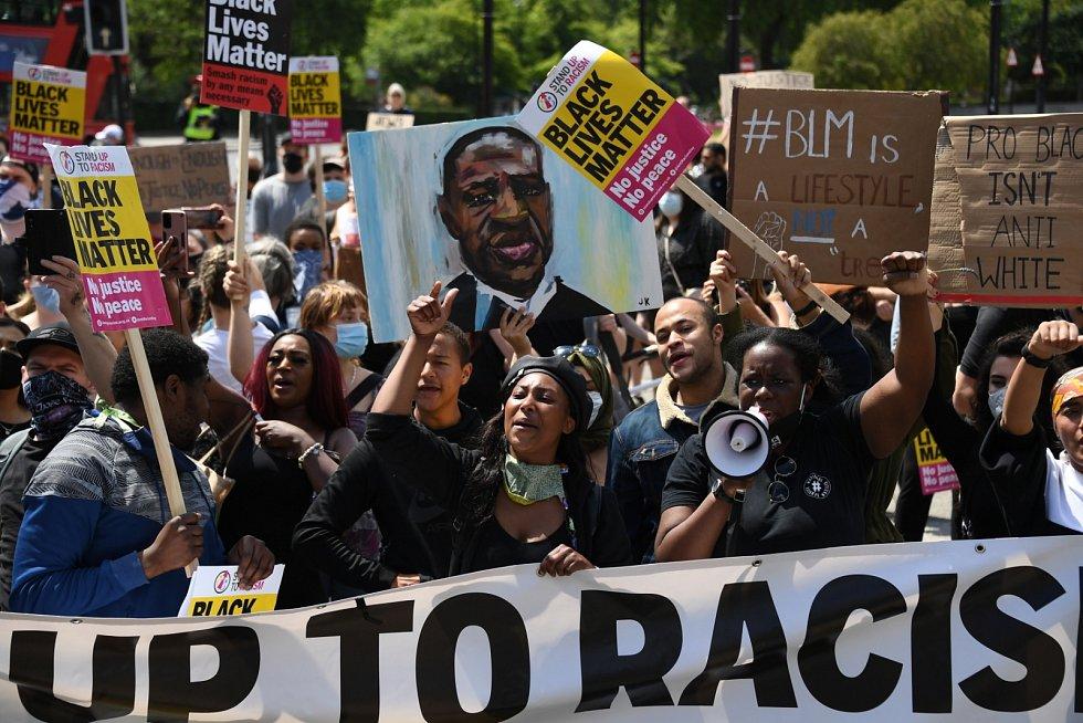Kromě radikálů vyšli do ulic Londýna také lidé, kteří chtějí podpořit demonstranty v USA a bojovat za práva černochů..
