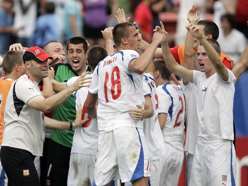 Čeští mladíci slaví postup do semifinále MS.