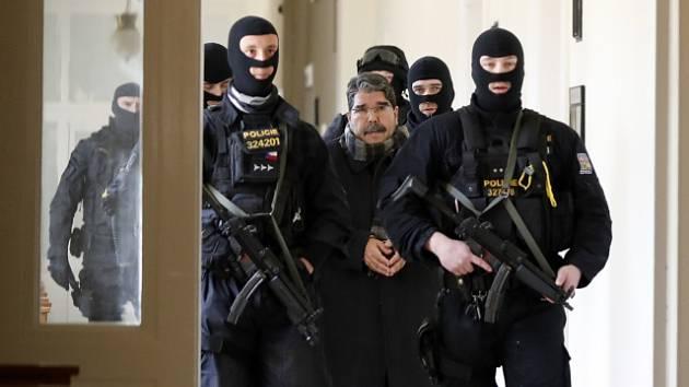 Sálih Muslim při příchodu k soudu