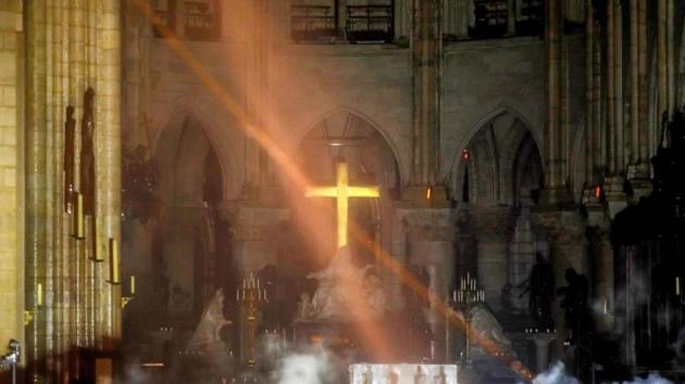 Vnitřek katedrály Notre-Dame vypadá jako po bombardování