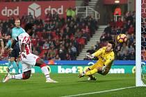 Útočník Stoke Bony Wilfried se trefil proti Swansea hned dvakrát.