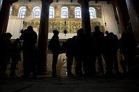 Návštěvníci obdivují obnovenou mozaiku v Chrámu Narození Páně v betlémě.
