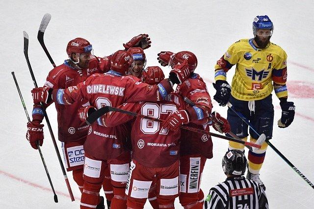 Hokejisté Třince se radují z gólu proti Českým Budějovicím.