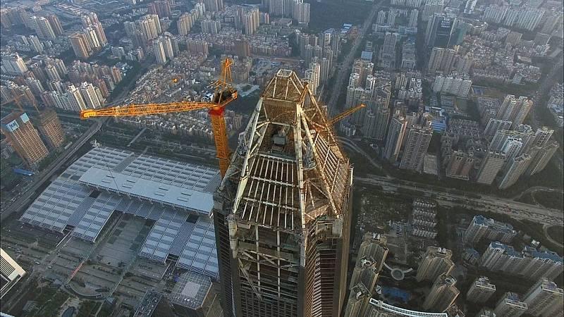 Věž Ping An v čínském Šen-čenu je zejména centrem obchodu. Je tak vysoká, že se řešila bezpečnost letadel na blízké letové trase. Snímek pochází z doby dokončování stavby.