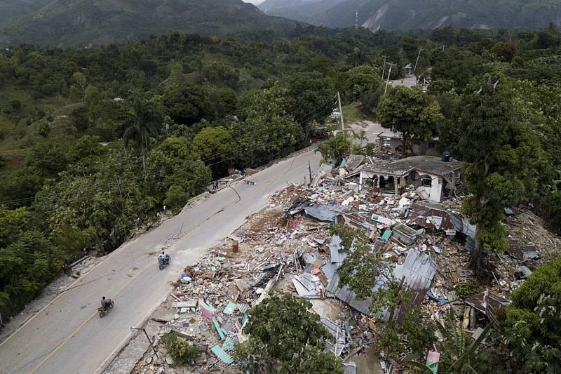 Trosky zemětřesením zničených domů ve městě Rampe na Haiti, 18. srpna 2021.