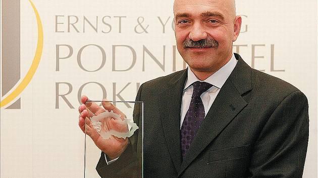 Jediný majitel firmy Best, jednapadesátiletý Tomáš Březina, pózuje s prestižní cenou Podnikatel roku 2007, kterou získal