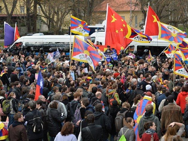 Protestní akce proti nekritickému sbližování ČR a Číny se konala 29. března na pražské Kampě v době návštěvy čínského prezidenta Si Ťin-pchinga v Česku.