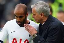 José Mourinho při své premiéře na lavičce Tottenhamu s autorem jedné z branek Lucasem Mourou.