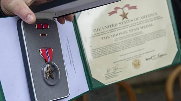 Zástupce amerického velvyslanectví udělil 29. listopadu v Chotyni na Liberecku Bronzovou hvězdu (na snímku) psovodovi Tomáši Procházkovi in memoriam, kterého 22. října 2018 na spojenecké základně Šindánd v provincii Herát zastřelil afghánský voják.