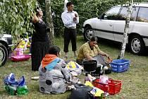 Několik desítek Romů z různých zemí Evropy se utábořilo v žižkovském kempu Pražanka. Rómové údajně přijeli do Prahy kvůli vážnému onemocnění jednoho z příbuzných romského krále.