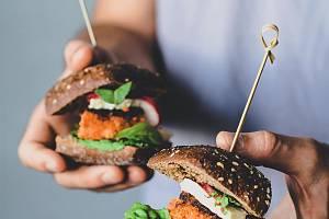 """""""Nemaso"""" nekupují pouze vegetariáni. Jeho obliba kopíruje trend takzvaného flexitariánství, což je dobrovolné snižování konzumace masa, aniž by ho člověk úplně vypustil."""