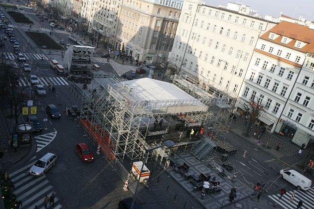 Stavba podia na silvestrovský večer TV Nova na pražském Václavském náměstí,