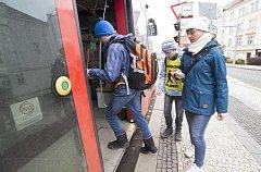 V roce 2017 Tesco podpořilo částkou 30 tisíc korun pražské sdružení Okamžik, které se zaměřuje na pomoc nevidomým.  Konkrétně šlo o asistenční službu doprovázející zrakově postižené dětí během cesty do školy a na zájmové kroužky.
