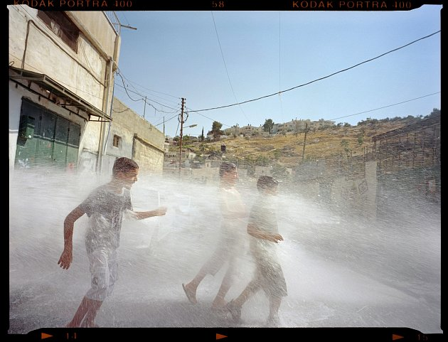 Foto s chlapci a vodou - Gilles Peress. Al Bustan, a Neighborhood in the Village of Silwan, East Jerusalem, 2011 © Gilles Peress
