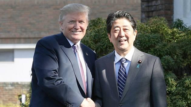 Prezident Donald Trump a japonský premiér Šinzó Abe