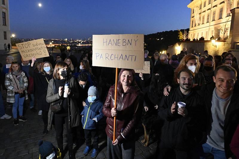 Protest proti chování úředníků Kanceláře prezidenta republiky v souvislosti s hospitalizací prezidenta Miloše Zemana se uskutečnil 16. října 2021 na Hradčanském náměstí v Praze