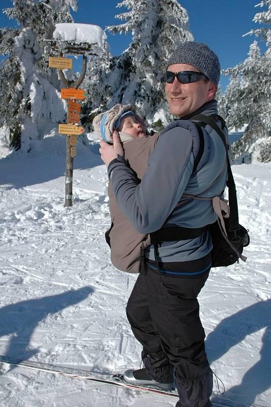 Starosta Zábřehu František John miluje pobyt v přírodě, kam často vyráží s celou rodinou. Na snímku s jedním ze čtyř synů při výletu na běžkách v Orlických horách.