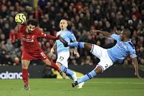 Fotbalista Liverpoolu Muhammad Salah (vlevo) dává gól do sítě Manchesteru City v utkání anglické ligy.