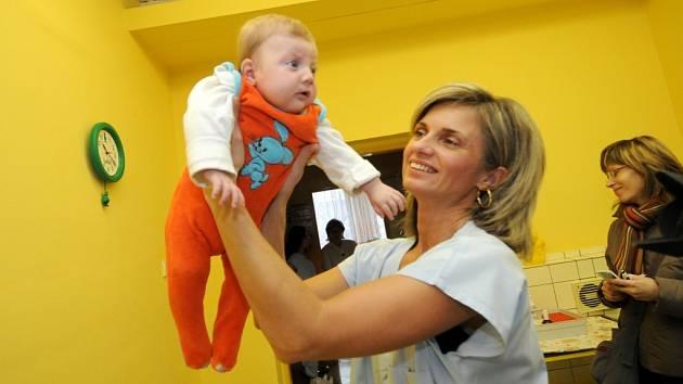 Havířovský soud rozhodl, že dívenka Barunka - Zorka z babyboxu se ke své matce prozatím nevrátí. Ještě další měsíc ale zůstane tříměsíční holčička umístěna v ostravském Dětském centru Domeček.