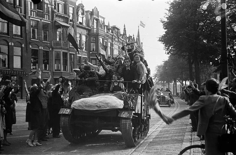 Obyvatelé Nizozemska slaví 8. května 1945 konec války