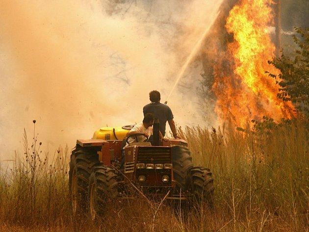 Na 61 se v neděli zvýšil počet obětí rozsáhlých požárů, které od pátku sužují jižní a střední Řecko.