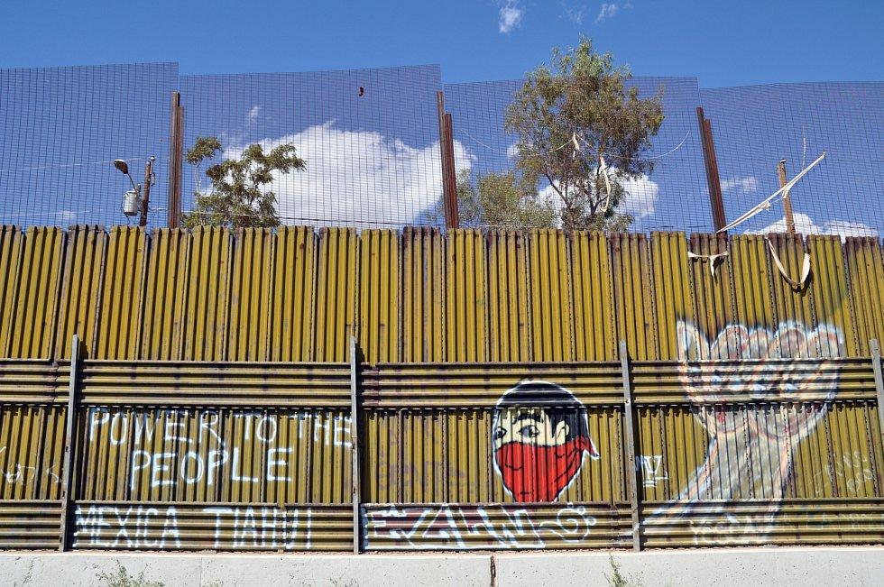 Graffiti na mexické straně zdi