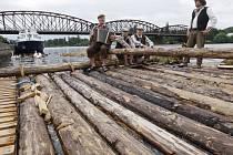 Devadesátimetrový dřevěný vor zhotovený stejnou technologií jako v minulém století, proplul 13. července Prahou. Posádku, která vyplula 11. července ze Štěchovic, čeká trasa dlouhá 760 kilometrů až do německého Hamburku.