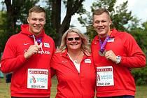 Sourozenci Forejtové se s trenérkou Lucií Plašilovou chlubí juniorskými medailemi. Vlevo je bronzový Jakub, vpravo stříbrný Michal