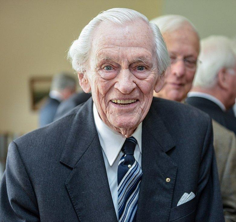 Od května 1941 byl kapitánem ponorky U-123 Reinhard Hardegen, jenž s ní během války připlul až k New Yorku. Dožil se vysokého věku 105 let, zemřel v roce 2018. Na snímku při oslavě 103. narozenin