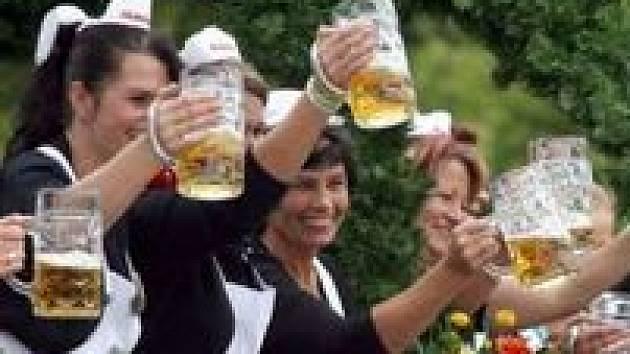 Pivní stan v Mügelnu nudu nezahnal. Schytali to Indové. Ilustrační foto
