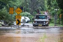 Austrálie dnes sčítá škody po dvou silných cyklonech, které za sebou nechaly stovky zničených domů a desetitisíce domácností bez elektřiny.
