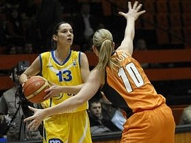 S míčem Sandra Le Dréan (ZVVZ USK), brání Penny Taylor (Jekatěrinburg).