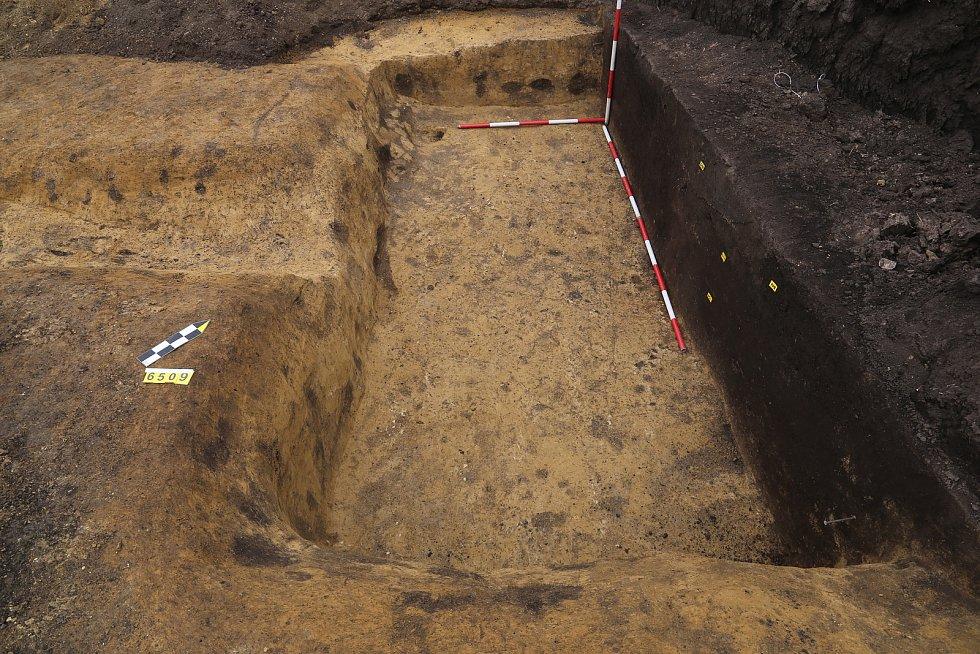 Chata z mladší doby římské (4. století n. l.) porušená ještě mladším žlábkem.
