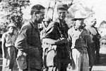 Kapitáni Jimmy Fisher a Robert Prince s několika filipínskými partyzány krátce před přepadem