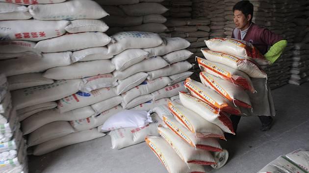Čínský dělník s pytli rýže.