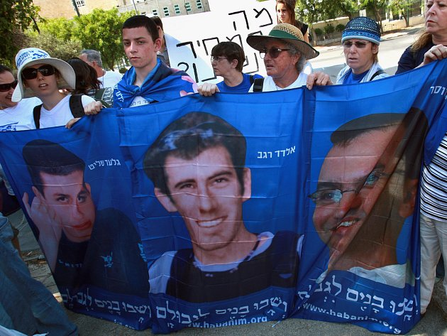 Demonstrace za osvobození Izraelců vězněných Hizballáhem se odehrála koncem června před sídlem premiéra Ehuda Olmerta v Jeruzalémě. Vojáci Eldad Regev a Ehud Goldwasser (na transparentu zleva) mají být propuštěni ve středu. Zda živí, či mrtví se neví.