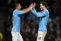 Kanonýr Manchesteru City Edin Džeko (vpravo) se raduje s Aleksandarem Kolarovem z gólu proti West Hamu.