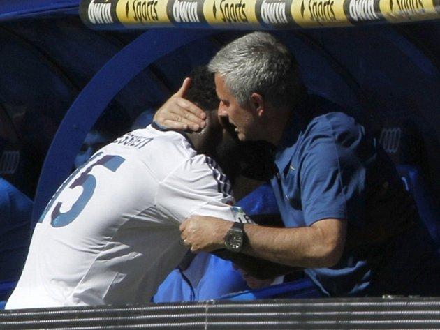 Trenér Realu Madrid José Mourinho (vpravo) se raduje s Michaelem Essienem z gólu proti Pamploně.