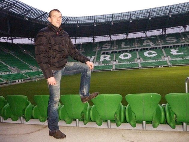 Slovenský fotbalový brankář Marián Kelemen z týmu Šlask Vratislav na stadionu, který bude hostit zápasy českého týmu na mistrovství Evropy.
