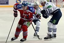 Petr Vrána ze Lva Praha (vlevo) uniká hokejistům Vladivostoku.