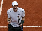 Andy Murray se raduje z postupu do čtvrtfinále Roland Garros.