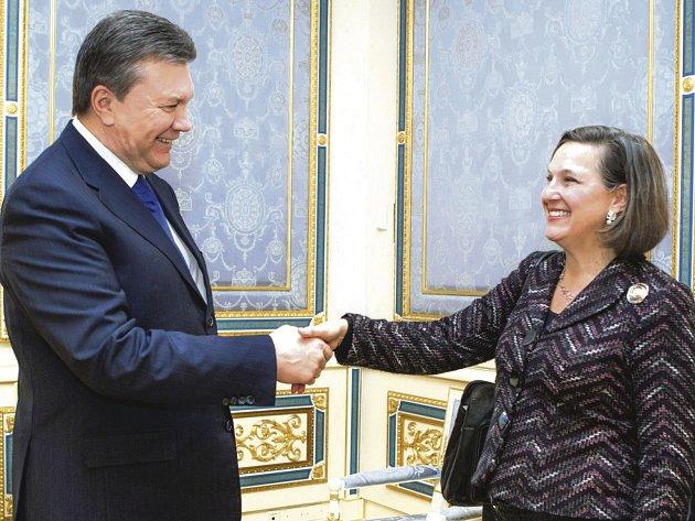 Prezident Janukovyč (vlevo) po zveřejnění nahrávek mimo jiné zjistil, kdo má podle americké náměstkyně Nulandové (vpravo) zasednout v příští ukrajinské vládě.