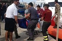 U ostrůvku Lampedusa došlo k havárii uprchlické lodi z Afriky.