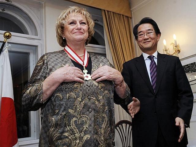 Japonský velvyslanec v ČR Čikahito Harada předal v úterý 7. prosince 2010 v Praze bývalé gymnastce Věře Čáslavské Řád vycházejícího slunce, zlaté paprsky s nákrční stuhou jako projev vysokého ocenění jejího přínosu ke kulturním vztahům mezi Japonskem a ČR